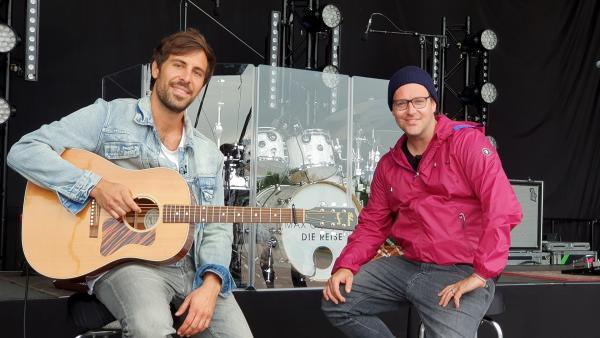 Ben interviewt Max Giesinger vor seinem Autokino-Konzert. | Rechte: KiKA/Stefanie Jung