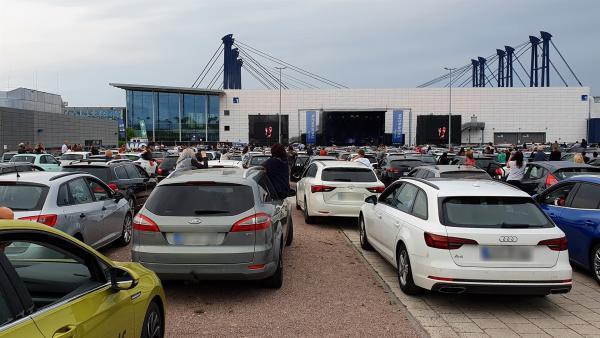 Die Fans von Max Giesinger konnten nur mit dem Auto beim Konzert dabei sein. | Rechte: KiKA/Stefanie Jung