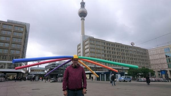 Ben checkt auf Berlins Plätzen mit dem nötigen Abstand, was bei den Kids gerade angesagt ist. | Rechte: KiKA/RozhyarZolfaghari