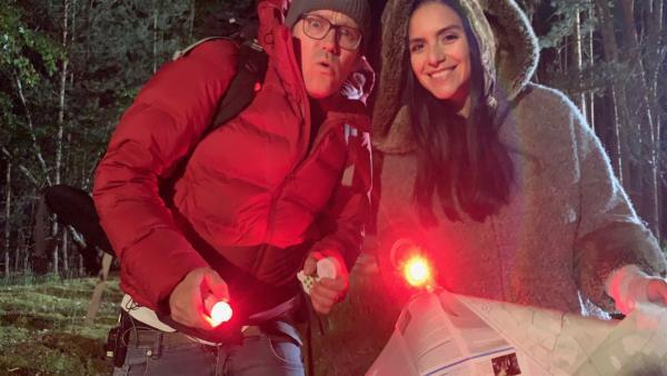 Jess und Ben wollen Sterne gucken. Darum starten sie eine nächtliche Expedition an einem der dunkelsten Orte Deutschlands – dem Sternenpark Westhavelland in Brandenburg. | Rechte: KiKA/Torben Hagenau