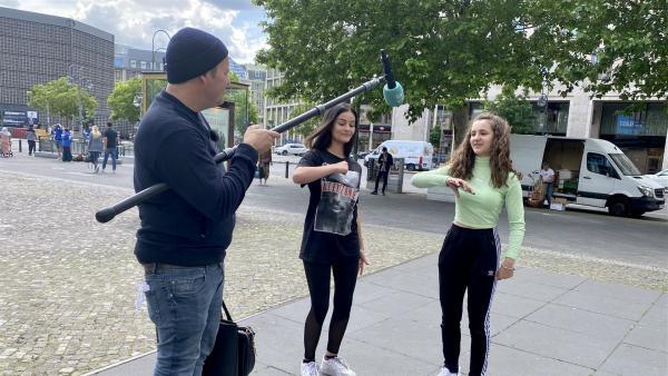 In einer Straßenumfrage in Berlin befragt Ben Schülerinnen und Shcüler nach neuesten Trends in Sachen Musik und Mode. | Rechte: KiKA/Sakina Gaba