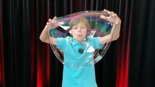 Felix kann die tollsten und faszinierendsten Seifenblasen-Gebilde entstehen lassen. | Rechte: KiKA/Grit Häfer