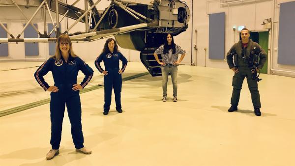 Jess mit den Astronautinnen Dr. Insa Thiele-Eich (1.v.li.) und Dr. Suzanna Randall (2.v.li.) und Kampfpilot Lennart  | Rechte: KiKA/Rozhyar Zolfaghari