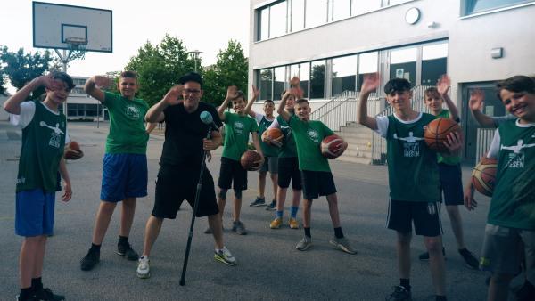 Es ist wieder KiKA LIVE Trendcheck-Zeit. Diesmal mit den Jungs des USC-Basketball-Vereins aus Leipzig. | Rechte: KiKA/Grit Häfer