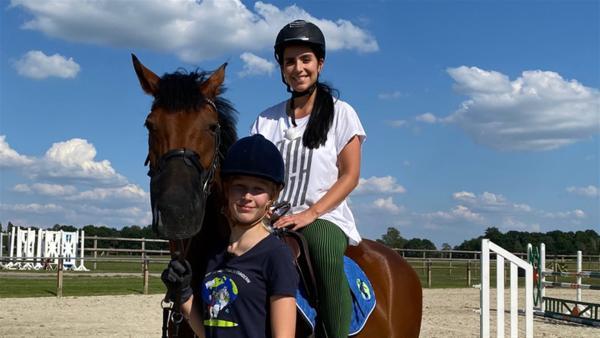 Jess reitet mit Emily und spricht mit ihr über Klimaschutz im Ponystall. | Rechte: KiKA/Nicolette Maurer