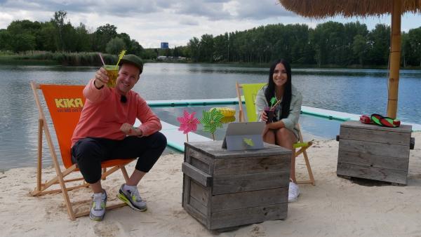 #ZuHauseUmDieWelt mit KiKA LIVE: Fantastische Orte, verrückte Spiele und unvergessliche Erlebnisse – Jess und Ben schwelgen in ihren Erinnerungen. In Australien fährt Ben ins Buschland und meldet sich auf einer Schaffarm an, während Jess an Sydneys angesagtem Bondi Beach auf der Suche nach coolen Typen ist. | Rechte: KiKA/Jacqueline Kupey