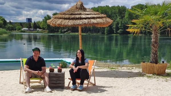 Sonne, Sand und Sommerferien: Ben und Jess erinnern sich an die schönsten Momente der vergangenen Tage mit ihren Gästen. | Rechte: KiKA/Jacqueline Kupey
