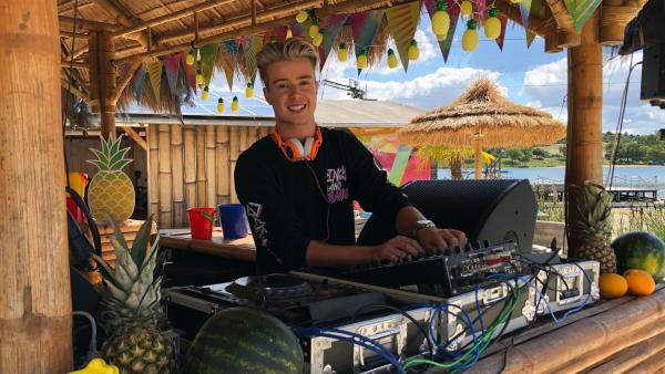 DJ Jaden Bojsen sorgt für den perfekten Sommersound am Strand. | Rechte: KiKA/Jacqueline Kupey