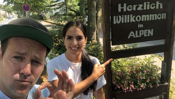 Ben und Jess sind im Ort Alpen angekommen. | Rechte: KiKA/Jacqueline Kupey