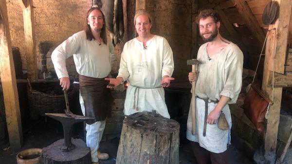 Ben mit den Handwerkern in einer alten Werkstatt | Rechte: KiKA LIVE/Jessica Lange