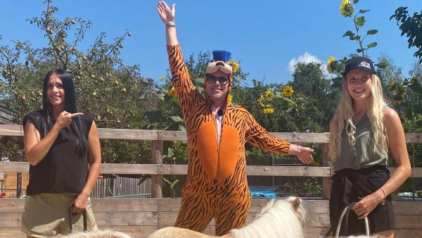 Ben hat auf dem Hof von Pferdetrainerin Julia Steinbrecher (re.) noch ein überraschendes Kostüm für seinen Film mit den Minipferden entdeckt. | Rechte: KiKA/Andrea Thoben