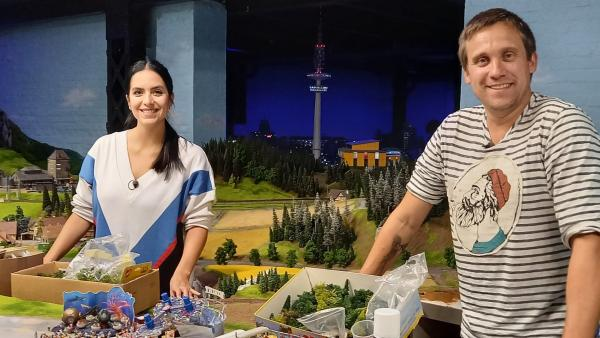 Jess mit Sönke im Miniaturwunderland | Rechte: KiKA/Anna Leistner