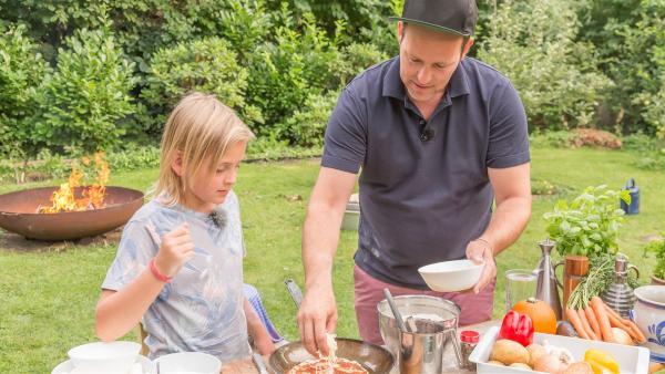 Ben und Ole bereiten das Essen für die Grillschale vor. | Rechte: KiKA/Jörg Kowalski