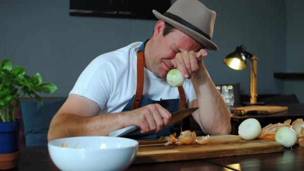 Zwiebel schneiden ohne zu weinen? Ben zeigt, wie es geht. | Rechte: KiKA/Lea Teschauer