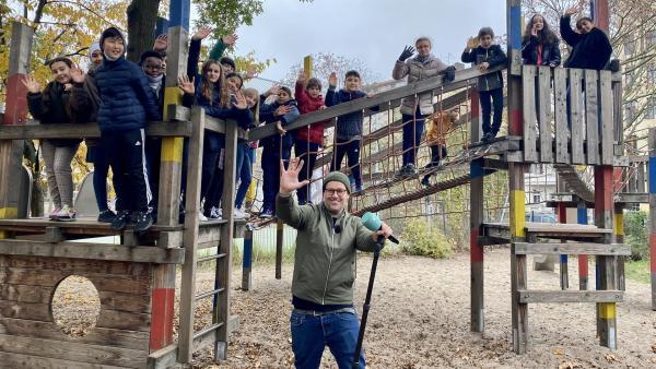 Ben mit den Schülern der Kurt-Tucholsky-Schule in Berlin | Rechte: KiKA/Sakina Gaba