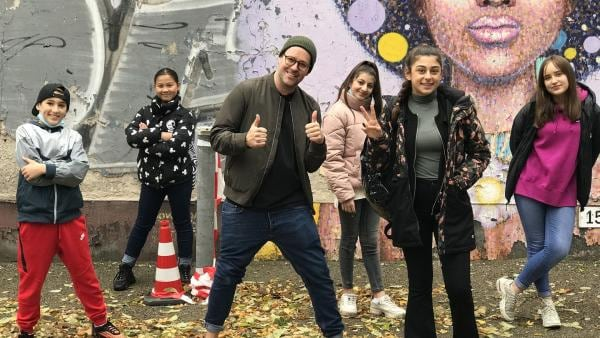 Ben ist in Berlin und trifft Susan und ihre Freunde zu Hause. | Rechte: KiKA/RozhyarZolfaghari