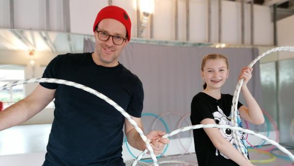 Ben und Lara beim Hula Hoop | Rechte: KiKA/Grit Häfer