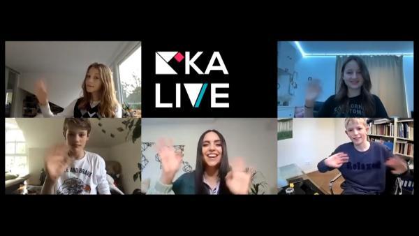 Jess spricht per Videoschalte mit Schülern vom Dreilinden-Gymnasium in Berlin. | Rechte: KiKA