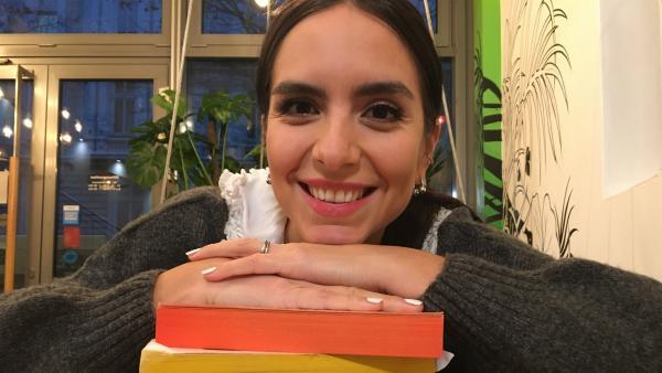 Jess fragt zwei bücherverrückte Jugendliche nach ihrem Lieblingsbuch. | Rechte: KiKA/Eva Knäusl