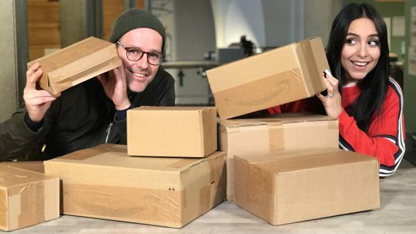 Jess und Ben sind im Unboxing-Fieber: Zwei Tage lang dürfen sie lauter Kartons mit unbekanntem Inhalt auspacken. | Rechte: KiKA/Rozhyar Zolfaghari