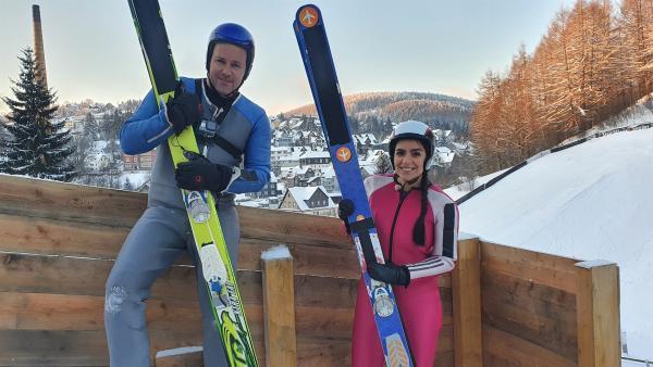 Jess und Ben stellen sich einer nicht ganz ungefährlichen Challenge: Sie wollen Skiadler werden und eine richtige Skisprungschanze bezwingen! | Rechte: KiKA/Stefanie Jung