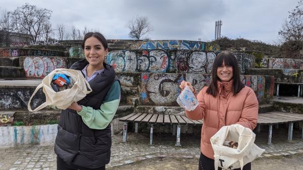 Jess holt sich bei Louisa Tipps, wie jeder im Alltag umweltbewusster leben kann. | Rechte: KiKA/Stephanie Paersch