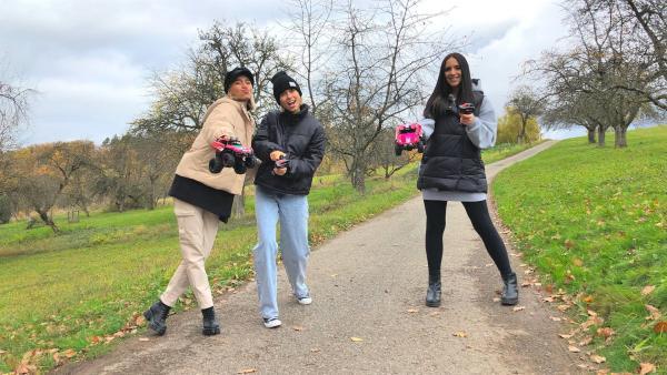 Jess trifft die Influencerinnen Lisa und Lena | Rechte: KiKA/Katharina Neuhaus