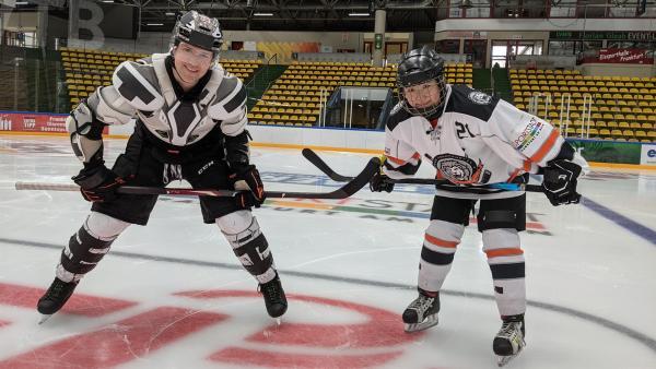 Ben trifft Lola zum gemeinsamen Eishockey-Training und lässt sich von ihr ein paar Tricks auf dem Eis zeigen. | Rechte: KiKA/Stefanie Paersch
