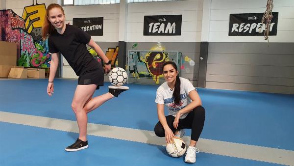 Gianna trainiert fast täglich, beherrscht viele Ball-Tricks und bringt auch Jess ein paar davon bei. | Rechte: KiKA/Stefanie Jung