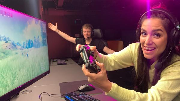 Drei brandneue Spiele für Computer und Konsole werden von Jess angespielt. Dabei bekommt sie Tipps von einem Gaming-Experten, der ihr genau auf die Finger schaut. | Rechte: KiKA/Torben Hagenau