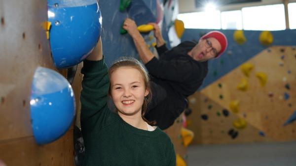 Mit 13 Jahren klettert Ana bereits in der Ersten Boulder Bundesliga. | Rechte: KiKA/Filip Felix