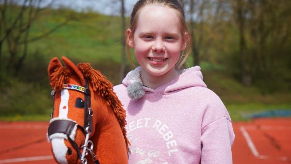 Die 12-jährige Emily ist ein Riesenfan von Hobby Horsing. | Rechte: KiKA/Franziska Gruber