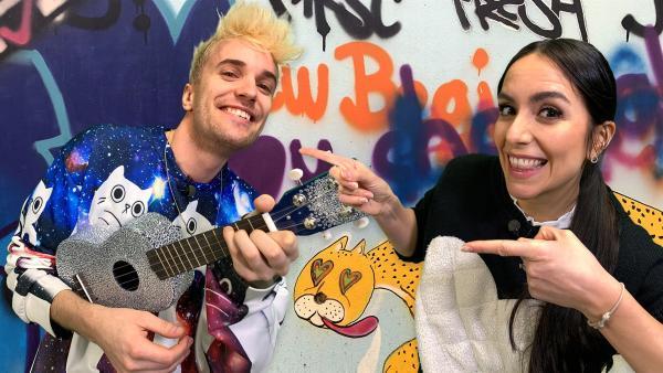 Jess trifft Jendrik, den beim diesjährigen Eurovision Song Contest in Rotterdam für Deutschland antritt. | Rechte: KiKA/Torben Hagenau