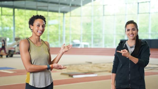 Jess trifft 27-Jährige Malaika Mihambo. Sie ist Weltmeisterin im Weitsprung und bereitet sich gerade auf die Olympischen Spiele in Tokio vor. | Rechte: KiKA/Filip Felix