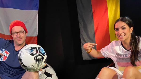 Jess und Ben treten gegeneinander bei einem Tischkicker-Turnier an - und das stellvertretend für die deutsche und die französische Nationalelf, die danach bei der Fußball-Europameisterschaft aufeinandertreffen. | Rechte: KiKA/Andrea Thoben