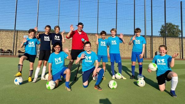 Ben besucht den FC Internationale in Berlin und stimmt sich gemeinsam mit den Jungs und Mädchen des Vereins auf die EM ein. | Rechte: KiKA/Sakina Gaba