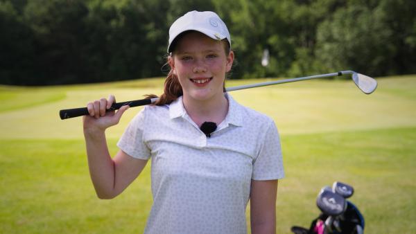 Ben bekommt ein Golf-Coaching von der 14-jährigen Heidi. Er lernt von Heidi den richtigen Schwung und verschiedene Schlagtechniken wie das Pitchen, Chippen und Putten. | Rechte: KiKA/Filip Felix