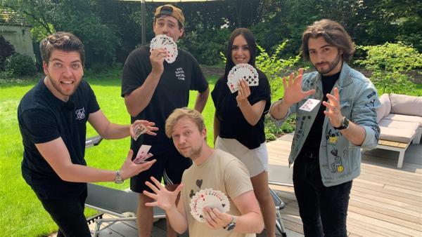 Jess trifft mit den Zauberern Alexander Straub, Marc Weide, Sos Jr. und CrispyRob auf geballte Magie. | Rechte: KiKA/Eva Knäusl