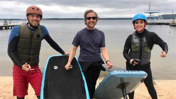 Jess testet den Wassersporttrend efoil am Berliner Müggelsee mit Finn (li.) und BVernd (re.). | Rechte: KiKA/Nicolette Maurer