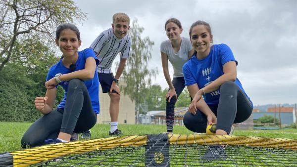 Roundnet kann nahezu überall gespielt werden und trendet vor allem in Freizeitanlagen und Parks. Jess (rechts) testet zusammen mit Sarah (links) ihr Roundnet-Talent. | Rechte: KiKA/Sabine Krätzschmar