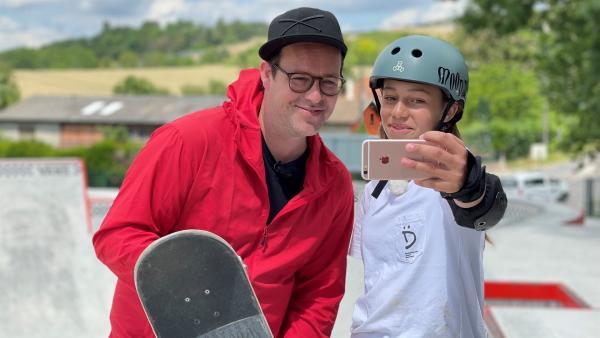 Gerade einmal 14 Jahren tritt Lilly Stoephasius bei den Olympischen Spielen in Tokio in der Disziplin Skateboarding/Park für Deutschland an und zählt damit zu den besten 20 Skaterinnen der Welt. Ben trifft Lilly beim Training in Frankreich und staunt über Lillys entspannte Einstellung und ihre Lässigkeit. | Rechte: KiKA/Rozhyar Zolfaghari