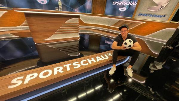 Ben im Sportschau-Studio | Rechte: KiKA/Eva Knäusl