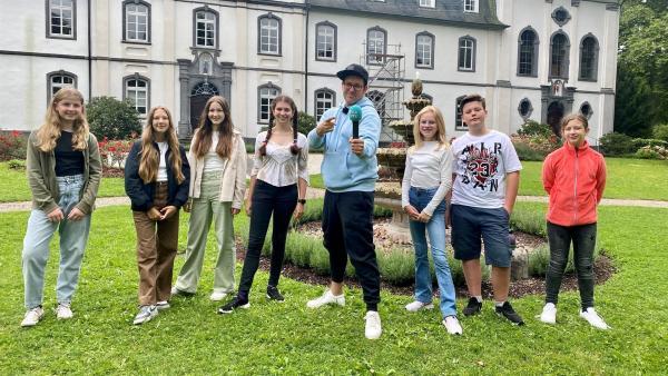 Ben besucht die Schülerinnen und Schüler des Franziskus Gymnasiums Nonnenwerth in Nordrhein-Westfalen. | Rechte: KiKA/Sakina Gaba