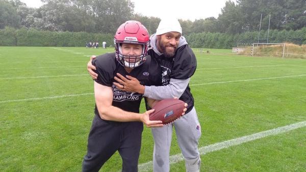 Ben besucht die harten Jungs der Hamburg Sea Devils und trifft Footballer Kasim Edebali. | Rechte: KiKA/Anna Leistner