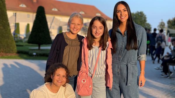Jess lernt die drei Kandidatinnen Emilie, Marta Luise und Pauline kennen. | Rechte: KiKA/RozhyarZolfaghari