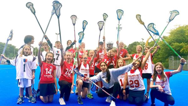 Jess mit dem Berliner Lacrosse Verein | Rechte: KiKA/Sakina Gaba