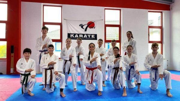 Jess mit dem Karate-Nachwuchs aus Erfurt   Rechte: KiKA/Nicolette Maurer
