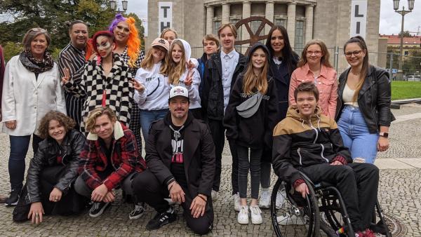 """Die """"Grüne Bande"""" ist ein Club für Jugendliche, die schwer krank sind und für deren Geschwister und Freunde. Jess ist dabei, als in Berlin ein großes Bandentreffen stattfindet und ein Musikvideo gedreht wird.   Rechte: KiKA/Stephanie Paersch"""