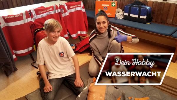 Philipp und Jess mit einer Rettungspuppe | Rechte: KiKA / Stephanie Paersch