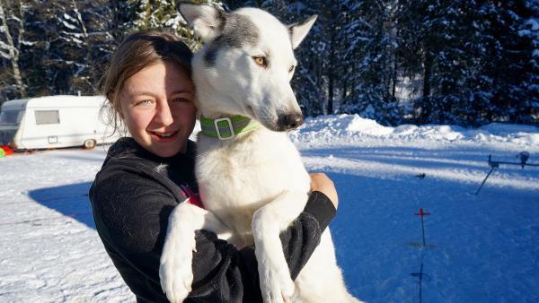 Ihr Lieblings-Husky darf sogar manchmal mit ins Bett. | Rechte: KiKA/ Franziska Gruber